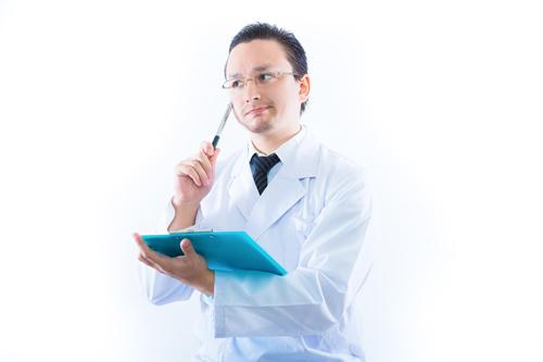 コレステロールを検査している医者