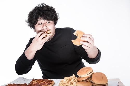 内臓脂肪とコレステロールが高い男性